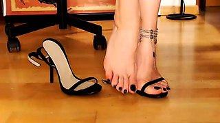 Redheaded sexbomb in foot fetish masturbation