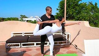 Personal trainer Ramon Nomar motivates black MILF Moriah Mills