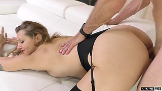 Slutty housewife Luna Wulf gives a blowjob and gets her pussy slammed
