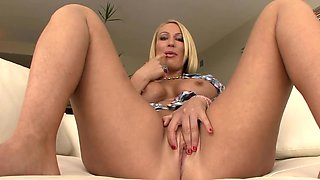 Big butt MILF masturbating solo on the couch