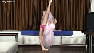 Ardent svelte Agata Berezka and her awesome nude stretching solo show