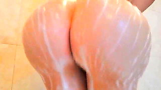 BIG BOOTY BITCH TWERKING IN THE SHOWER
