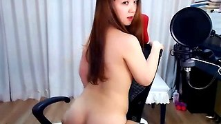 Cute Korean camgirl shows her ass