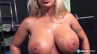 Bust blonde seducing me to fuck her in gym