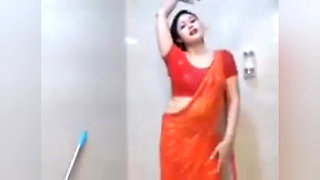 Sexy Babe in the Bathroom - live video